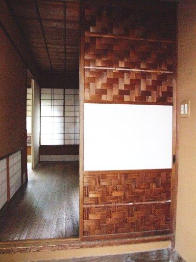 Japanische Schiebetür aus Ajiro-Geflecht mit Shojipapier bespannt