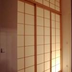 Shoji-Trennwand aus Kiefer im Altbauflur, mit Oberlicht