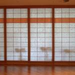 Shoji-Trennwand im Wellnessbereich, weißes und oranges Japanpapier