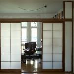 Shoji-Schiebetüren dunkles Holz, als Trennwand zum Homeoffice