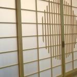 rundes Sprossenornament in einer Shoji-Tür aus heller Kiefer